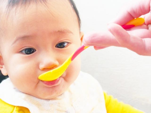 乳児の食事風景